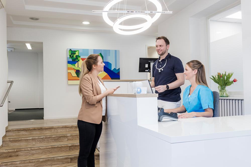 Zahnarzt Köln Lindenthal - Saager - Begrüßung am Empfang